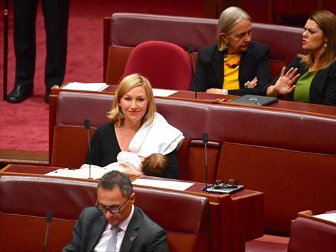 بالفيديو.. أول نائبة ترضع طفلتها داخل البرلمان الأسترالي