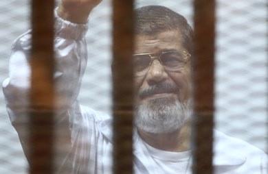 الرئيس الأسبق محمد مرسي خلف القضبان- صورة من«أ.ف.ب»