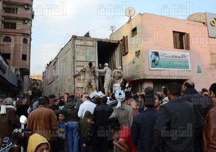 توزيع سلع تمونية بأسعار مخفضة بمنطقة الكيت كات تصوير اسلام صفوت