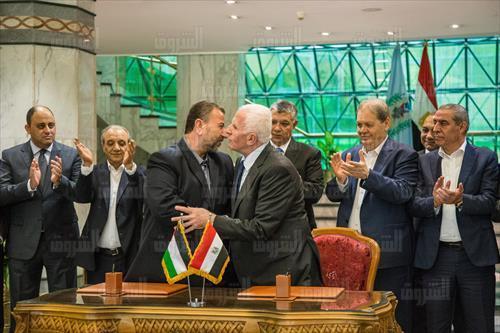 وفدا حماس وفتح يوقعان اتفاق المصالحة تصوير ابراهيم عزت