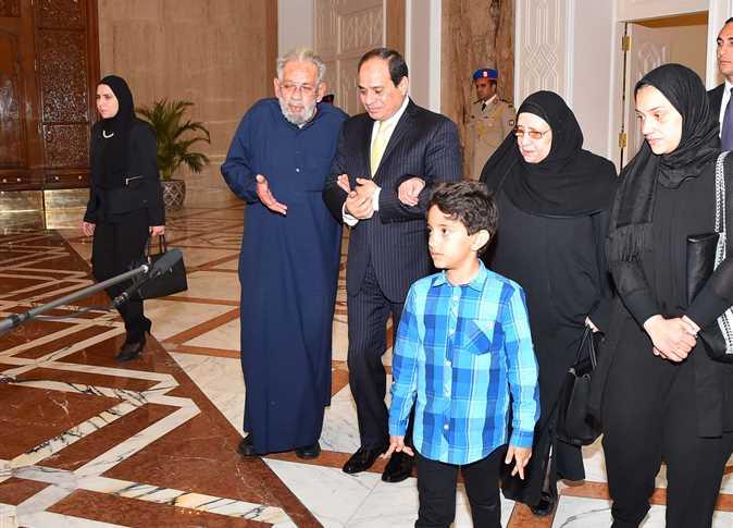الرئيس السيسي يستقبل أسرة شهيدي جيش وشرطة