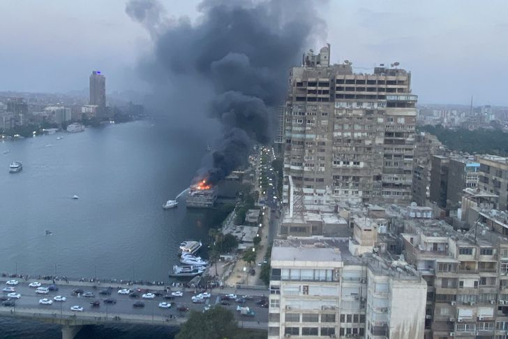 المركب العائمة المحترقة
