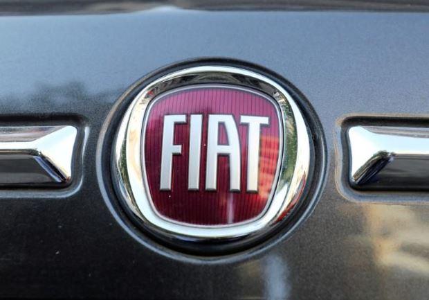 شعار شركة صناعة السيارات الإيطالية الأمريكية فيات كرايسلر على سيارة بالقاهرة في صورة التقطت يوم 19 مايو 2019. تصوير: محمد عبد الغني - رويترز.