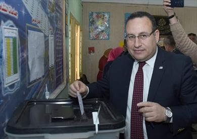 محافظ الإسكندرية يدلي بصوته في الاستفتاء.. ويطمئن على سير العملية الانتخابية