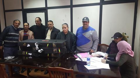 أساتذة معهد الموسيقى العربية أثناء فحصهم للآلات المسروقة