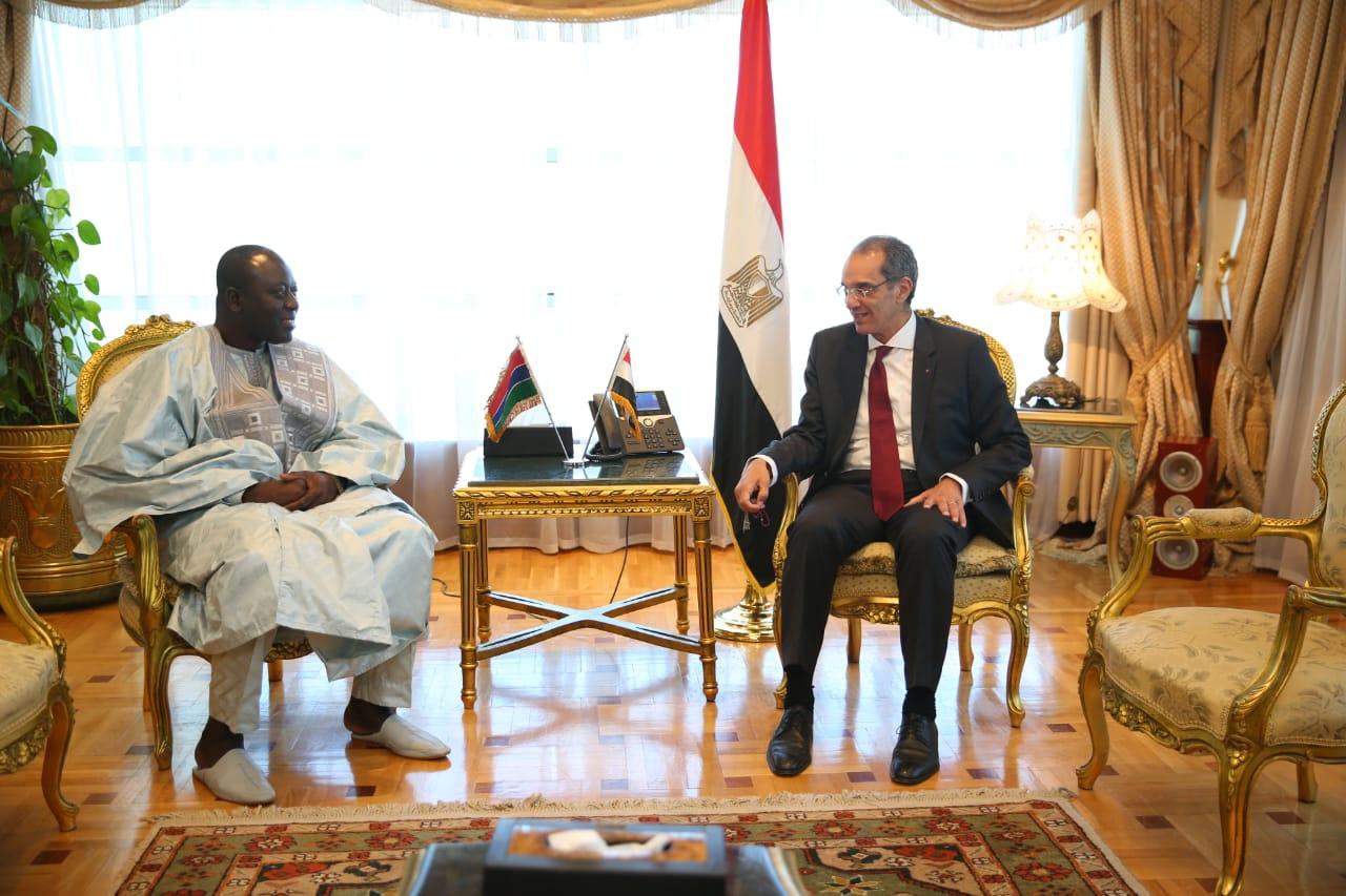 وزير الاتصالات ونظيره الجامبي يبحثان تعزيز التعاون بين البلدين