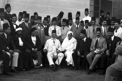 الزعيم سعد زغلول وسط مجموعة من المصريين