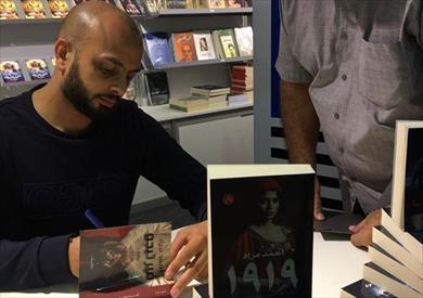 أحمد مراد يوقع مؤلفاته في معرض الشارقة للكتاب