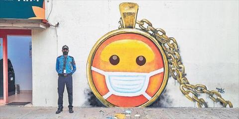 رسام بريطاني يرسم طرق الوقاية من فيروس كورونا على الجدران