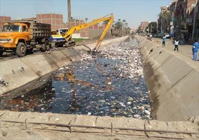 إزالة الملوثات بترعة سقارة البحرية في الجيزة