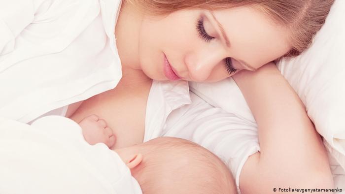 على الأم المرضعة أن ترتدي كمامة وقاية وكفوف يد وتعقم حلمتي ثدييها ويديها أثناء الإرضاع ورعاية الرضيع.