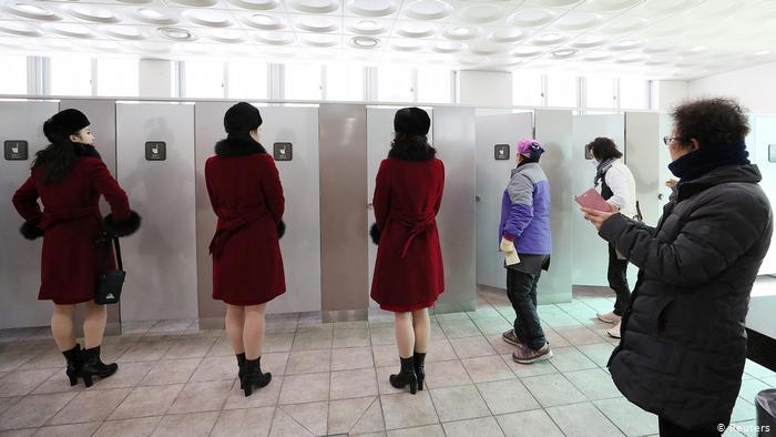 نساء ينتظرن دورهم في دورة مياه بجنوب كوريا