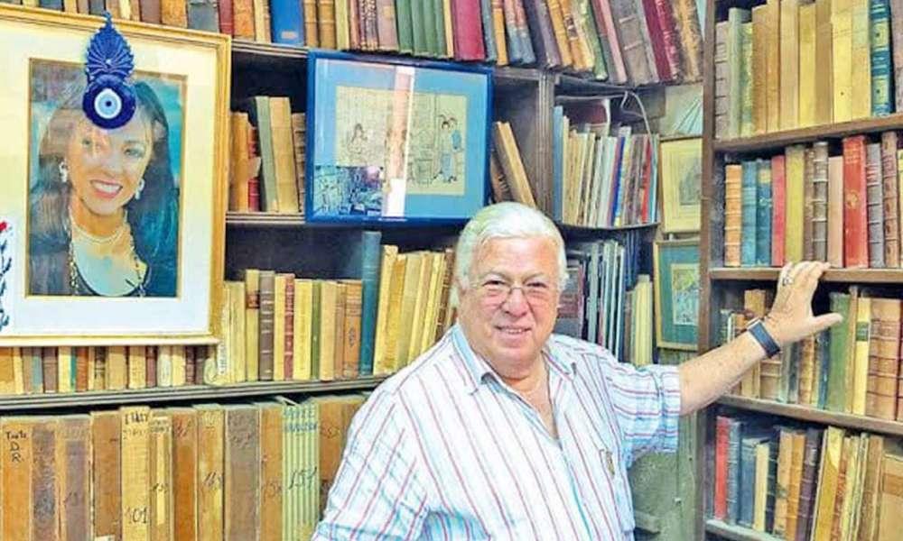الفنان الراحل حسن كامي داخل مكتبته