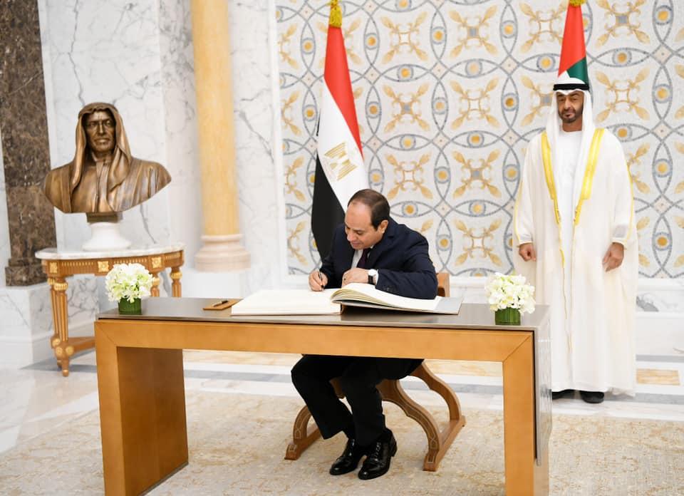 السيسي يكتب كلمة في سجل تشريفات قصر الوطن بأبو ظبي