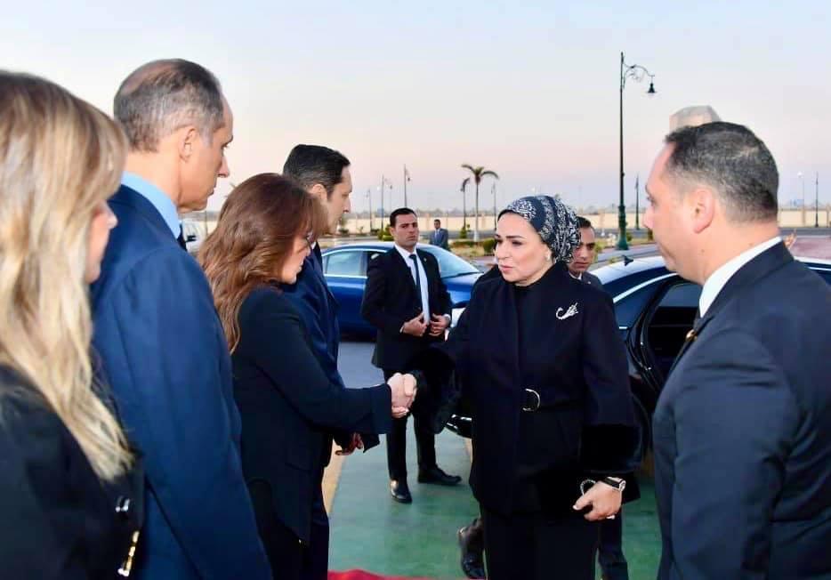 السيدة انتصار السيسي تقدم واجب العزاء لأسرة الرئيس الأسبق مبارك