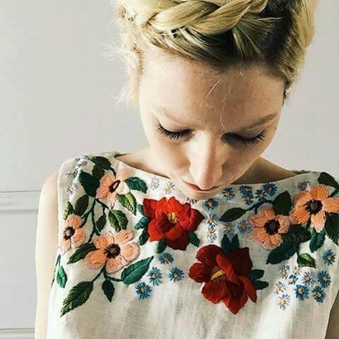 بالصور.. جددي بلوزتك بإضافة قطع «الورود» لتواكبي الموضة