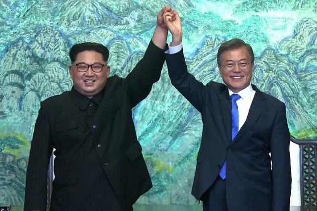 مون وكيم - مع بعضهما عقب توقيع اتفاقية للسلام بينهما