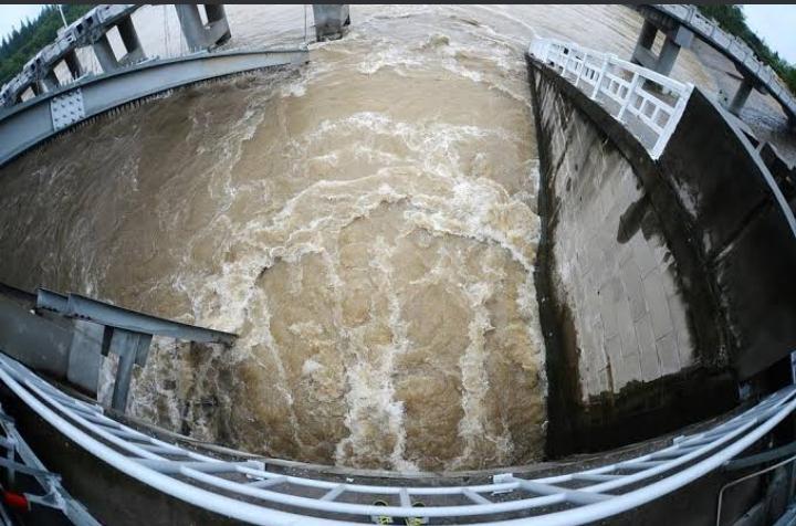 مياه تغمر نفقا وتحاصر 14 عامل بناء جنوبي الصين