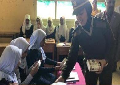 «الداخلية» توزع كتيبات تثقيفية على أطفال المدارس للتوعية بالعمل الأمني -          بوابة الشروق