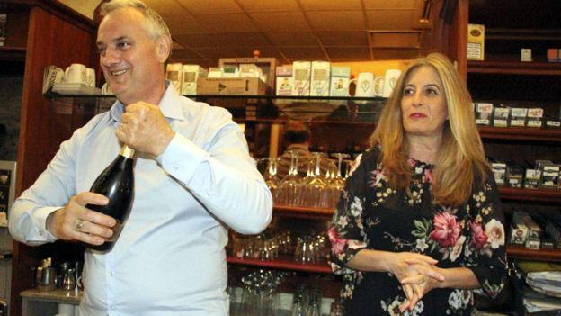 غوليليلمو بوغي وماريسا كاساريني، صاحبا حانة في بلدة لودي في إيطاليا التي ابتيعت منها البطاقة الفائزة بـ 209 مليون يورو.