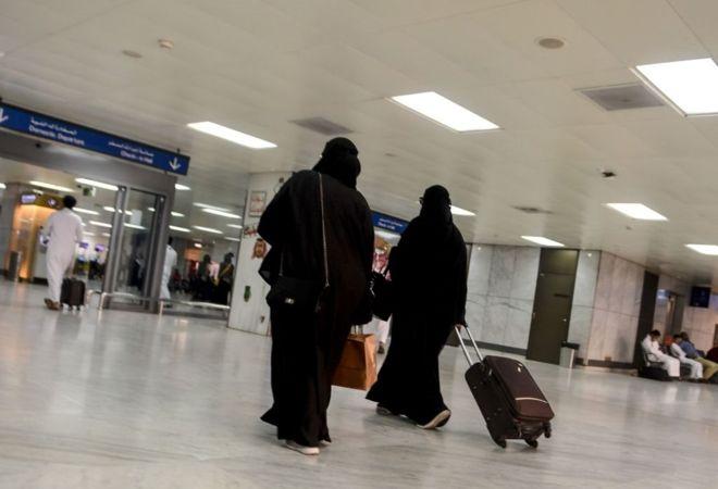 بدء العمل بالمراسم الملكية مكن النساء السعوديات من السفر إلى الخارج دون الحاجة إلى إذن أولياء أمورهن