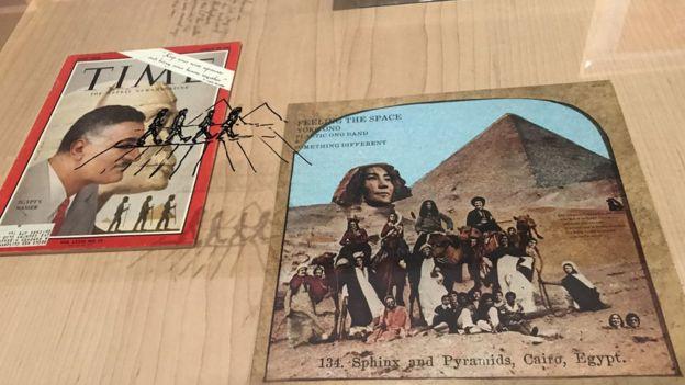 يمتلئ المعرض بالكثير من الصور والتذكارات من مسيرة فرقة البيتلز أو من منطقة الشرق الأوسط في الستينيات