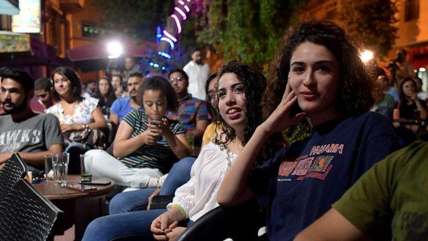 تونسيون يتابعون المناظرة التلفزيونية بين المرشحين للانتخابات الرئاسية في أحد مقاهي العاصمة