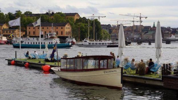 التباهي بالثروة أو حتى مناقشة راتب متوسط مع شخص غريب، يشكل أحد المحرمات في المجتمع السويدي.<br/>