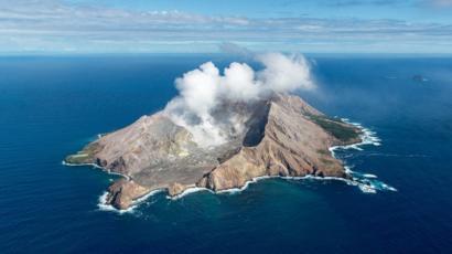 تنبعث غازات قبيل الحمم البركانية من البراكين