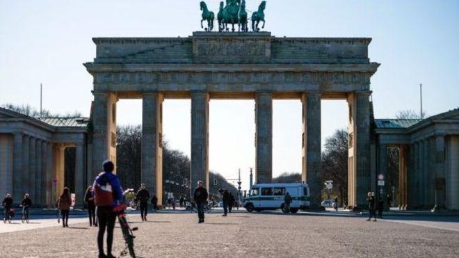 ذهب الكثير من الناس إلى الحدائق والأماكن العامة الأخرى في ألمانيا يوم الأحد