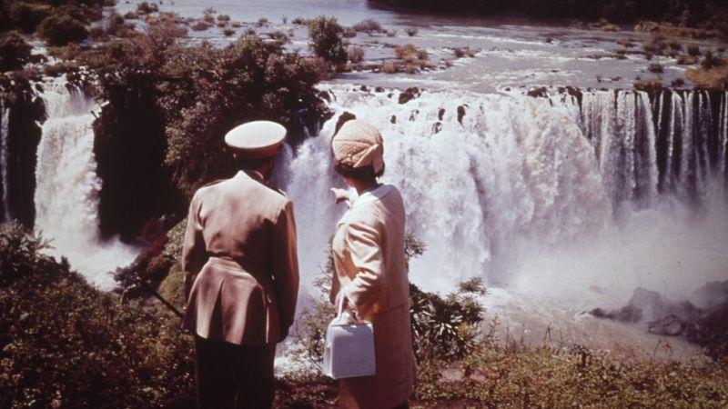 إليزابيث الثانية ملكة بريطانيا الحالية برفقة إمبراطور إثيوبيا الراحل هيلا سيلاسي عن منبع النيل الأزرق خلال زيارة للملكة إلى إثيوبيا في فبراير عام 1965.