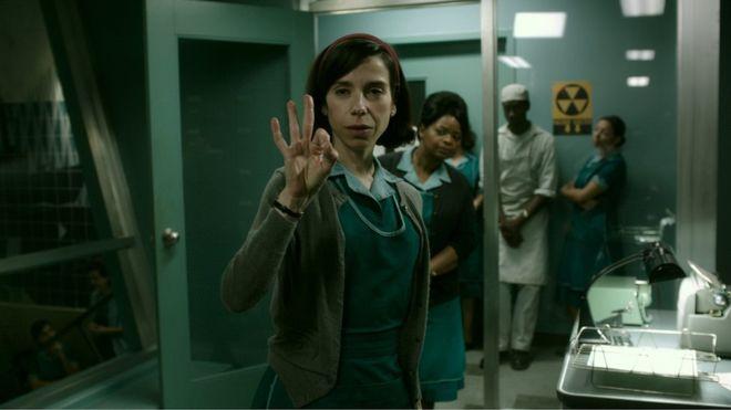تؤدي الممثلة سالي هاوكينز عاملة تنظيف خرساء