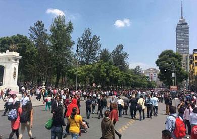 الآلاف يتجمعون في الشوارع بعد الزلزال في مكسيكو سيتي