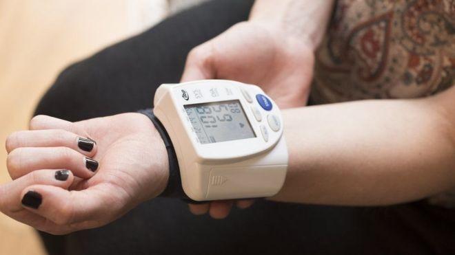 تستخدم أجهزة في المنزل لقياس ضغط الدم على مدار الساعة