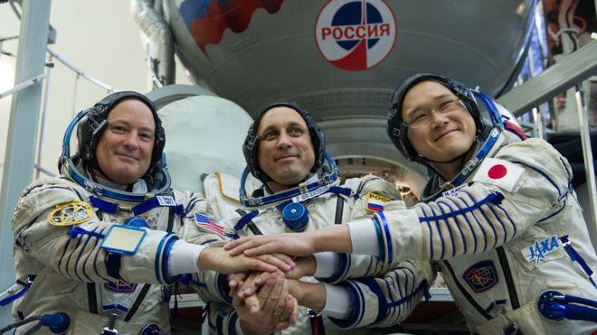 اعتذر رائد الفضاء الياباني نورشيغي كاناي (يمين) عن خطأ عدم دقة حساب الطول