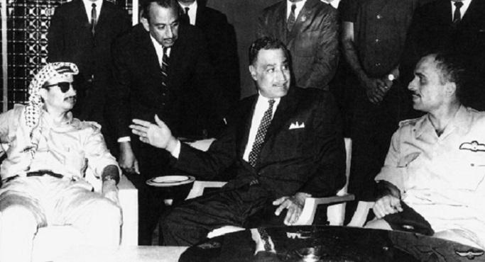الرئيس جمال عبد الناصر يتوسط الملك حسين و ياسر عرفات أثناء قمة القاهرة