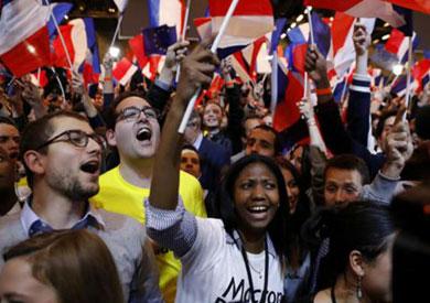 بث مباشر.. آلاف الفرنسيين يحتفلون بفوز «ماكرون» في باريس