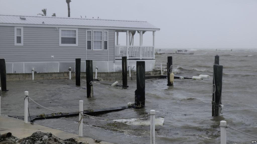 منازل خالية تواجه الاعصار
