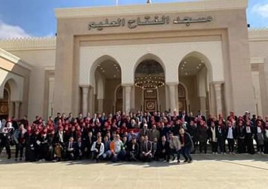 رئيس وطلاب جامعة القاهرة يؤدون صلاة الجمعة من مسجد الفتاح العليم -