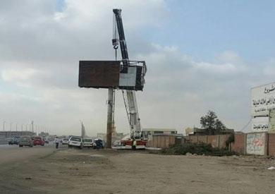 بالصور.. إزالة «اللافتات والإعلانات» المخالفة بصحراوي الإسكندرية