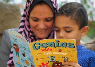 رباب مع طفلها والمجلة التي ابتكرتها<br/>