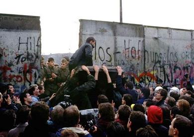 نتيجة بحث الصور عن انهيار جدار برلين