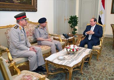 الرئيس السيسي أثناء لقائه مع قادة وزارة الدفاع
