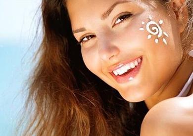 استعدي للصيف.. كيف تحمين جلدك أثناء التعرض لأشعة الشمس