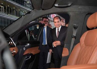 السيسي يركب سيارة بوتين الجديدة على حلبة فورمولا 1