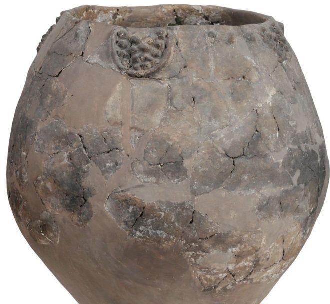 بعض الجرار التي تعود للعصر الحجري الحديث كان يحمل زخرفات للعنب