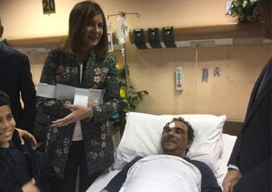 وزيرة الهجرة تزور المواطن المصري المعتدى عليه بالكويت