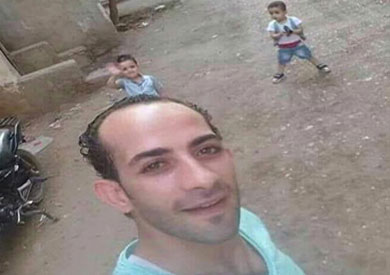المتهم مع طفليه ريان ومحمد