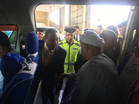 مساعدا وزير الداخلية بتفقدان مواقف سيارات الأجرة للتأكد من الالتزام بالتعريفة الجديدة