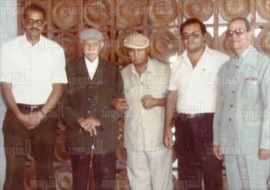 نجيب محفوظ مع الأديب الكبير توفيق الحكيم وصديقه فتحي هاشم وعبدالحميد يونس وعبدالمنعم هاشم